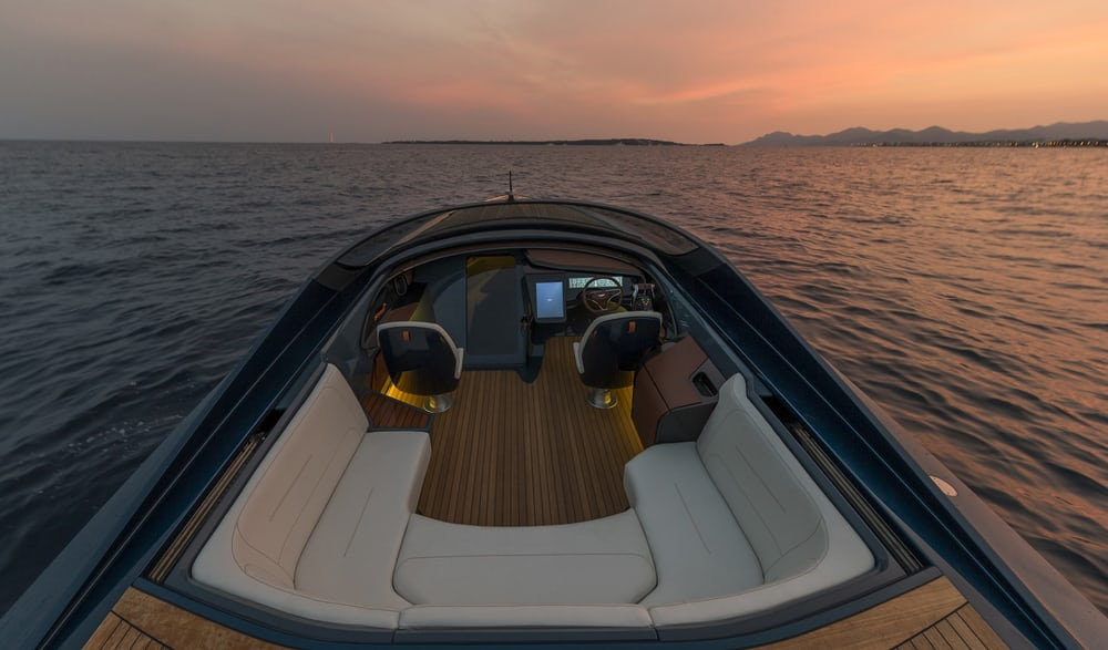 The 1040hp Aston Martin Am37 Powerboat