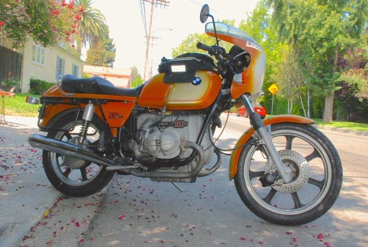Los cinco mejores modelos de motocicleta BMW de los años 70 Cuando eres un verdadero fanático de las motocicleta, no hay muchas marcas que tengan la tendencia a llamar tu atención de forma regular. Una de las marcas de motocicleta más exclusivas es BMW. Si bien no los ve en la carretera con mucha frecuencia, existen. Además, algunas de estas motocicleta BMW se encuentran entre los mejores ejemplos de verdadera artesanía e ingeniería. De hecho, muchos de los mejores ejemplos se hicieron durante la década de 1970 y todavía son muy buscados en la actualidad. Si desea saber más sobre modelos individuales, puede leer sobre cinco de los mejores ejemplos de los años 70 a continuación.
