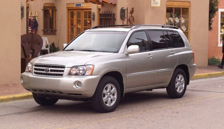 The Toyota Highlander Is A Striking Automobile To Look At It S Technically Considered Mid Size Crossover Suv But When You First Lay Eyes Upon