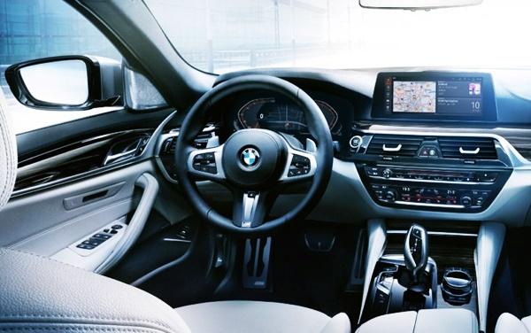 2021 BMW M5 interior
