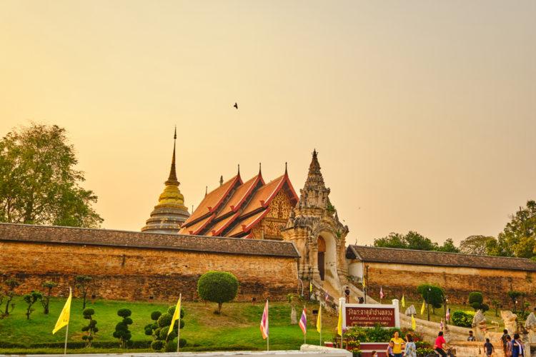 Visit Wat Mahathat Wachiramongkhol